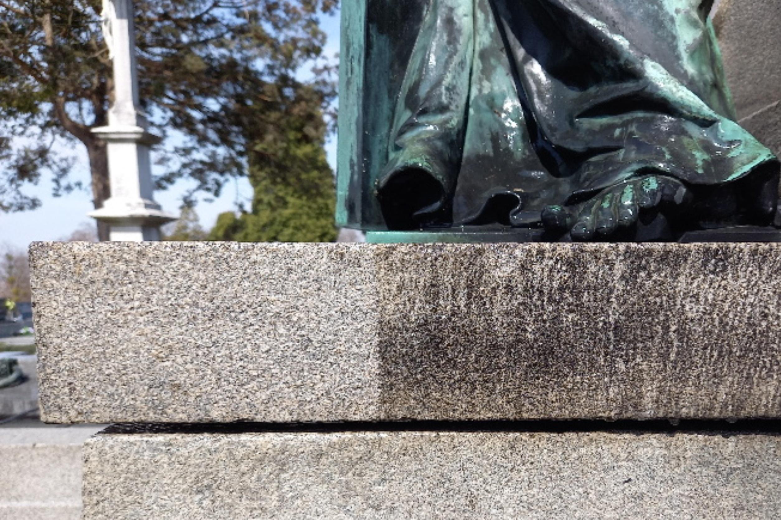 Čištění silného znečištění kamene pomocí Fassadenreiniger-Paste